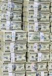 """Стодолларовые купюры в отделении Korea Exchange Bank в Сеуле, 12 ноября 2010 года.  Казахстан хочет начать размещения в рамках """"народного"""" IPO во втором-третьем квартале 2012 года, оценивает текущий спрос на акции в $300-500 миллионов, сказал министр экономики Кайрат Келимбетов. REUTERS/Truth Leem"""