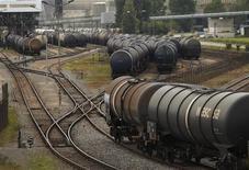 Цистерны у НПЗ Petroplus в Крессье, Швейцария 12 мая 2011 года. Brunswick Rail, входящая в список 15 крупнейших владельцев железнодорожных вагонов в РФ, привлекла дополнительные $120 миллионов от ЕБРР и IFC, планируя потратить их на расширение парка, сообщила компания во вторник.  REUTERS/Denis Balibouse
