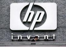 Логотип HP в штаб-квартире компании в Исси-ле-Мулино 16 сентября 2005 года. Hewlett-Packard представила новый компьютер в понедельник, всего через несколько дней после того, как компания обнародовала планы о реорганизации или продаже подразделения по производству персональных компьютеров.   REUTERS/Charles Platiau/Files