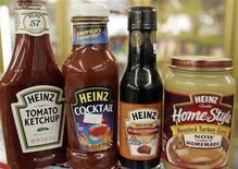 Продукция Heinz в магазине в Голдене, штат Колорадо, 28 февраля 2006 года. Квартальная прибыль H.J. Heinz Co снизилась в годовом исчислении из-за расходов на закрытие четырех фабрик, а также на фоне высоких прошлогодних показателей, сообщил известный производитель пищевых продуктов во вторник.  REUTERS/Rick Wilking