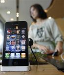 iPhone 4 в офисе KT в Сеуле 17 мая 2011 года. Азиатские поставщики Apple Inc начали производство более дешевого iPhone 4 с объемом памяти 8 гигабайт, сообщают два источника, знакомые с ситуацией.  REUTERS/Jo Yong-Hak