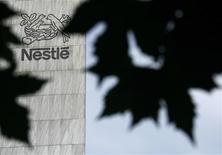 """Штаб-квартира компании Nestle в Вевее, 6 августа 2008 года. Компания Нестле Пурина ПетКер, российская """"дочка"""" европейского продовольственного гиганта Nestle, вложит 1,3 миллиарда рублей в новое производство кормов для домашних животных в Калужской области, сообщила компания. REUTERS/Denis Balibouse"""