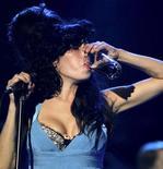 <p>Foto de archivo de la fallecida cantante Amy Winehouse durante el Festival de Jazz de St. Lucia, mayo 8 2009. Las pruebas toxicológicas indicaron que no había sustancias ilegales en el cuerpo de la cantante británica Amy Winehouse cuando murió el mes pasado a los 27 años, según indicó el martes su portavoz. REUTERS/Andrea De Silva/Files</p>