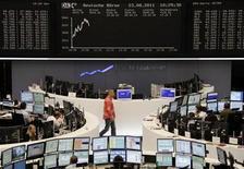 """Помещение Франкфуртской фондовой биржи, 23 августа 2011 года. Европейские рынки акций во вторник продолжили восстановительный подъем благодаря спросу на """"защитные"""" акции и надежде инвесторов на новое смягчение монетарной политики США. REUTERS/Sonya Schoenberger"""