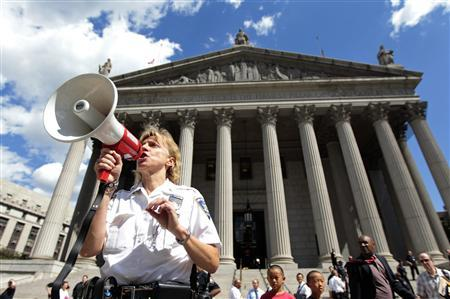 A federal court officer instructs court personnel during an evacuation of the Federal Court Building in New York, following an 5.9 magnitude earthquake that struck the East Coast of the United States, August 23, 2011. REUTERS/Brendan McDermid