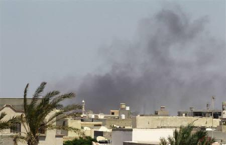 Smoke rises above downtown Tripoli following fighting at Bab Al-Aziziya compound August 23, 2011. REUTERS/Louafi Larbi