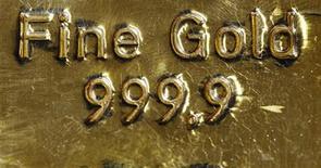 Золотой слиток в Вене 17 февраля 2011 года. Нацбанк Казахстана с 2012 года будет выкупать в резервы всё предназначенное для экспорта аффинированное золото в слитках, сообщил центробанк.   REUTERS/Lisi Niesner