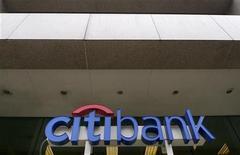 Логотип Citibank в Вашингтоне 18 апреля 2011 года. Ситибанк понизил оценку роста экономики РФ в 2011-2012 годах, ожидая падения нефтяных котировок.   REUTERS/Larry Downing