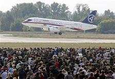 Sukhoi Superjet 100 на авиашоу МАКС-2009 в Жуковском 22 августа 2009 года. Таджикский национальный авиаперевозчик TajikAir заключил контракт с Гражданскими самолетами Сухого на покупку четырех региональных лайнеров Superjet 100, сообщила в среду таджикская авиакомпания.   REUTERS/Sergei Karpukhin