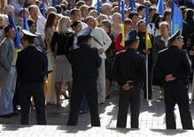 """Украинские полицейские преграждают путь оппозиции в Киеве, 24 августа 2011 года. Украинская оппозиция отметила День независимости страны многотысячным митингом протеста против """"режима президента Виктора Януковича"""", который сопровождался стычками с милицией в центре Киева. REUTERS/Gleb Garanich"""