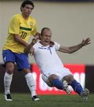 Elano marca holandês Arjen Robben durante amistoso em Goiânia em junho. REUTERS/Ricardo Moraes
