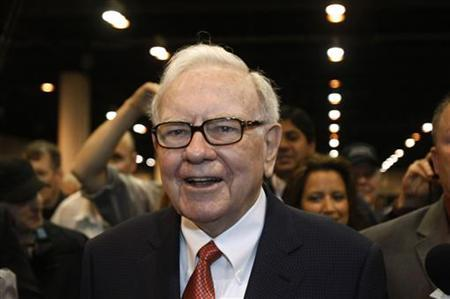Berkshire Hathaway Chairman Warren Buffett wanders the company trade show before his company's annual meeting in Omaha, Nebraska April 30, 2011. REUTERS/Rick Wilking