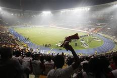 Болельщики поддерживают свои команды в матче юношеских сборных Перу и Испании в Лиме 24 июля 2011 года. Профессиональная футбольная лига Испании (LFP) и профсоюз игроков (AFE) уладили спор, отложивший начало чемпионата Испании, и теперь первенство страны стартует в грядущие выходные, сообщил президент LFP Хосе Луис Астисаран. REUTERS/Enrique Castro-Mendivil