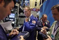 Трейдеры на торгах Нью-Йоркской фондовой биржи 24 августа 2011 года. Фондовые индексы США выросли в начале торгов в четверг благодаря решению Уорена Баффета выручить крупнейшего кредитора США и инвестировать в Bank of America $5 миллиардов. REUTERS/Brendan McDermid