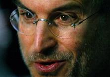 Foto de arquivo de Steve Jobs durante o lançamento da loja do iTunes europeia, em Londres, junho de 2004. A renúncia de Jobs da presidência-executiva da Apple foi manchete no mundo inteiro. 15/06/2004 REUTERS/Matt Dunham/Arquivo