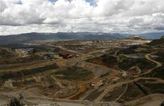 <p>Foto de archivo de la mina Yanacocha en Cajamarca, Perú, nov 21 2006. Perú anunció el jueves un importante gravamen al clave sector minero, que junto a una ambiciosa meta de expansión económica ayudaría al presidente Ollanta Humala a cumplir su desafío de reducir la pobreza en uno de los países de mayor crecimiento del mundo. REUTERS/Pilar Olivares(PERU)</p>