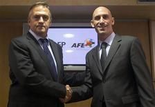 Jose Luis Astiazaran (esquerda), presidente da LFP, e Jose Rubiales, presidente do AFE, após acordo que encerrou a greve dos jogadores de futebol da Espanha. 25/08/2011 REUTERS/Sergio Perez