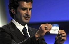 Ex-jogador de Portugal Luis Figo participa do sorteio dos grupos da Liga dos Campeões, em Mônaco. 25/08/2011 REUTERS/Jean-Pierre Amet