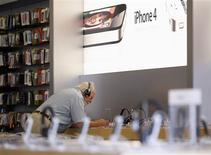 Cliente observa produto da Apple numa loja de San Francisco, na Califórnia. 24/08/2011 REUTERS/Robert Galbraith