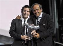 Presidente da Uefa, Michel Platini, entrega prêmio a atacante argentino do Barcelona, Lionel Messi, em Mônaco. 25/08/2011 REUTERS/Jean-Pierre Amet