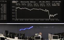 Вид на табло биржи во Франкфурте-на-Майне  25 августа 2011 года. Европейские рынки акций открылись снижением в пятницу, так как инвесторы проявляют осторожность перед выступлением главы ФРС Бена Бернанке, не зная, объявит ли он о новых мерах поддержки экономики. REUTERS/Remote/Kirill Iordansky