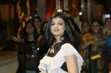 Bollywood actress Ayesha Takia arrives at the 9th International Indian Film Academy (IIFA) awards in Bangkok June 8, 2008. REUTERS/Chaiwat Subprasom