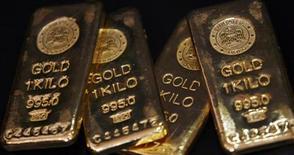 """Слитки золота в Мумбаи 3 декабря 2009 года. Банк России готов предоставлять кредиты, обеспеченные золотом, на срок до 90 дней под 7 процентов годовых, но аналитики не видят большого спроса на них в условиях """"нормальной ликвидности"""" и в силу незначительной залоговой базы. REUTERS/Arko Datta"""
