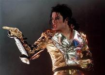 <p>Foto de archivo del fallecido cantante Michael Jackson durante un concierto en Praga, sep 7 1996. El Rey del Pop Michael Jackson se fue, pero no ha sido olvidado, desde luego no por los votantes de los MTV Video Music Award. REUTERS/Petr David Josek</p>