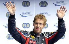 O piloto da Red Bull Sebastian Vettel comemora a conquista da pole position no Grande Prêmio da Bélgica. 27/08/2011 REUTERS/Thierry Roge
