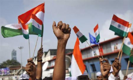 Supporters of veteran Indian social activist Anna Hazare raise Indian national flags during a protest rally against corruption in Mumbai August 16, 2011. REUTERS/Danish Siddiqui