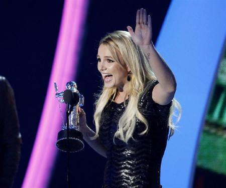 Britney Spears accepts the best pop video award for ''Till the World Ends'' at the 2011 MTV Video Music Awards in Los Angeles, August 28, 2011. REUTERS/Mario Anzuoni