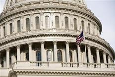 Американский флаг на здании Капитолия в Вашингтоне, 1 августа 2011 года. Президент США Барак Обама в понедельник объявит новым старшим экономистом Белого дома аналитика рынка занятости из Принстонского университета Алана Крюгера, сообщил представитель президентской администрации. REUTERS/Joshua Roberts