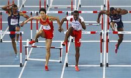 Cubano Dayron Robles e chinês Liu Xiang superam barreira na final dos 110 metros com barreira no Mundial de Daegu, na Coreia do Sul. 29/08/2011 REUTERS/David Gray