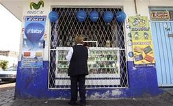 """<p>Foto de archivo de una mujer frente a una tienda de telefonía móvil en Ciudad de México, oct 20 2009. Durante dos años el Gobierno mexicano ha intentado decidir qué hacer con una porción clave de su espectro radioeléctrico, crucial para incrementar el acceso inalámbrico desde los cada vez más populares """"smartphones"""" y tabletas. REUTERS/Daniel Aguilar</p>"""