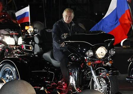 Russian Prime Minister Vladimir Putin rides with enthusiasts during his visit to a bike festival in the southern Russian city of Novorossiisk August 29, 2011. REUTERS/Ivan Sekretarev/Pool
