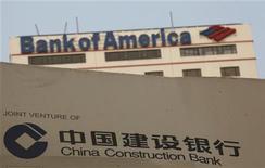 Логотип банка China Construction Bank Corp перед зданием Bank of America в Гонконге, 25 августа 2011 года. Второй по рыночной стоимости банк мира China Construction Bank Corp заявил во вторник, что в ближайшие дни подпишет договор о стратегическом партнерстве сроком на пять лет с американским гигантом банковского сектора Bank of America Corp. REUTERS/Bobby Yip