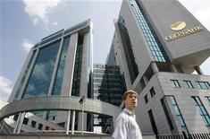 Мужчина проходит мимо здания офиса Сбербанка в Москве, 15 июля 2011 года. Крупнейший госбанк РФ Сбербанк договорился о снижении цены до 585 миллионов евро за Volksbank International (VBI), который рассматривает как площадку для приобретений в Европе, сообщили Рейтер два источника, близких к сделке. REUTERS/Denis Sinyakov