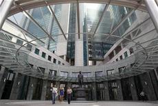 Люди выходят из здания офиса Сбербанка в Москве, 15 июля 2011 года. Чистая прибыль Сбербанка РФ во втором квартале 2011 года, рассчитанная по международным стандартам, выросла в четыре раза - до 89,3 миллиарда рублей с 20,8 миллиарда рублей за тот же период прошлого года, сообщил банк. REUTERS/Denis Sinyakov