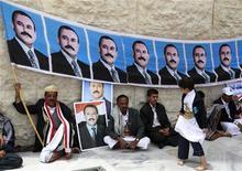 Сторонники президента Йемена Али Абдуллы Салеха в Сане, 12 августа 2011 года. Президент Йемена Али Абдулла Салех объявил в понедельник о намерении провести выборы нового президента, сообщило новостное агентство SABA. REUTERS/Jumana El Heloueh