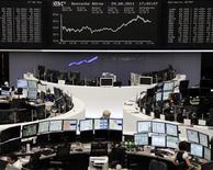 Трейдеры на Франкфуртской фондовой бирже 29 августа 2011 года. Европейские акции растут во вторник благодаря надеждам на то, что хорошие макроэкономические данные в США, ожидаемые на этой неделе, позволят улучшить экономический прогноз.   REUTERS/Remote/Kirill Iordansky