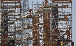 Funcionários trabalham na construção do novo estádio de Brasília para a Copa do Mundo de 2014. 18/08/2011 REUTERS/Ueslei Marcelino