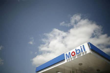 A Mobil gas station is seen in Medford, Massachusetts April 30, 2008. REUTERS/Brian Snyder/Files