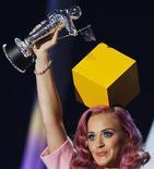 """<p>Foto de archivo de la cantante Katy Perry con su galardón al Mejor Video del Año por """"Firework"""" en los premios MTV en Los Angeles, ago 28 2011. La ceremonia de los Video Music Awards 2011, que estuvo cargada de momentos sorprendentes, logró la mayor audiencia en la historia de la cadena de televisión estadounidense, dijo la MTV. REUTERS/Mario Anzuoni</p>"""