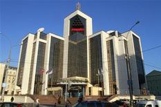 Здание офиса компании Лукойл в Москве, 5 февраля 2010 года. Чистая прибыль второй по уровню добычи нефти компании в России - Лукойла без учета доли миноритариев выросла до $3,25 миллиарда во втором квартале 2011 года по сравнению с $1,95 миллиарда за тот же период прошлого года, превысив прогнозы аналитиков. REUTERS/Alexander Natruskin