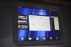 """<p>Hewlett Packard Co envisage de lancer la production d'une dernière salve de sa tablette TouchPad, malgré l'annonce il y a quinze jours de son abandon en raison de ses difficultés à rivaliser avec l'iPad d'Apple sur un marché en pleine expansion. L'annonce du sursis accordé à la tablette, abandonnée moins de sept semaines après son lancement le 1er juillet, intervient après """"l'agréable surprise"""" de l'explosion des ventes générées par la baisse de son prix en vue de la liquidation du produit. /Photo d'archives/REUTERS/Beck Deifenbach</p>"""