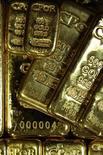 Золотые слитки в офисе компании CPoR в Париже 25 ноября 2010 года. Цены на золото снижаются после 3- процентного роста накануне, но по итогам месяца могут показать наиболее резкий рост почти за два года.  REUTERS/Jacky Naegelen