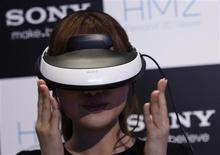 """<p>Le """"Personnal 3D Viewer HMZ-T1"""" de Sony dévoilé mercredi. Ce nouveau produit en forme de casque destiné aux cinéphiles et aux amateurs de jeux vidéo permet de visionner des films et de jouer en 3D. /Photo prise le 31 août 2011/REUTERS/Issei Kato</p>"""