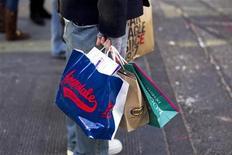 Мужчина держит пакеты на 5-ой Авеню в Нью-Йорке, 22 декабря 2010 года. Тверская заняла 14-е место в рейтинге самых дорогих улиц мира по ставкам аренды торговых помещений - за последний год они поднялись почти на треть, но докризисных высот не достигли. REUTERS/Lucas Jackson