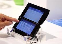 Посетитель выставки в Берлине смотрит планшетный ПК Sony P, 31 августа 2011 года. Представленные публике вечером в среду Sony планшетные компьютеры Sony Corp вызвали в целом отрицательные отзывы аналитиков и обозревателей технологических новинок. REUTERS/Tobias Schwarz