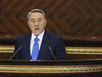 Президент Казахстана Нурсултан Назарбаев выступает перед парламентом в Астане, 1 сентября 2011 года. Религиозный экстремизм несет угрозу стабильности большей частью мусульманскому Казахстану, сказал бессменный президент Нурсултан Назарбаев, призвав парламент сделать более суровым законодательство, чтобы защитить страну. REUTERS/Mukhtar Kholdorbekov